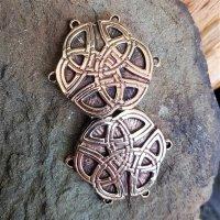 Gewandhaken der Kelten in Gestalt von zwei keltischen Knoten