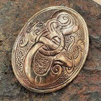 Ovalfibel mit der Midgardschlange als Motiv - aus Bronze