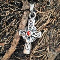 925er Sterlingsilber Anhänger verziert mit keltischen Knoten -  mit rotem Stein