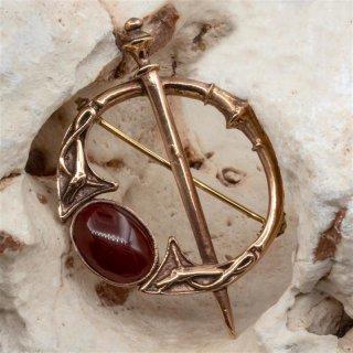 Fibel mit rotem Stein Brosche aus Bronze Gewandnadel