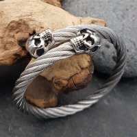 Edelstahl Stahlseil Armband mit Totenköpfen -...