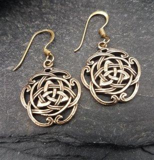 Bronze Triquetra Ohrhänger umgeben von keltischem Muster