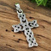 Mittelalterliches Kreuz mit Keltischen Knoten...