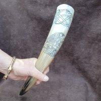 Trinkhorn, graviert mit Ornamente im Urnes Stil