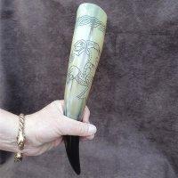 Trinkhorn, graviert mit dem Abbild eines Rabens