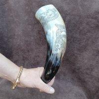 Trinkhorn, graviert mit dem Abbild der Midgardschlange im...