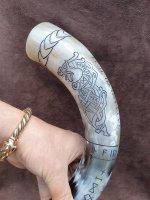 Trinkhorn, graviert mit dem Fenriswolf und nordische Runen